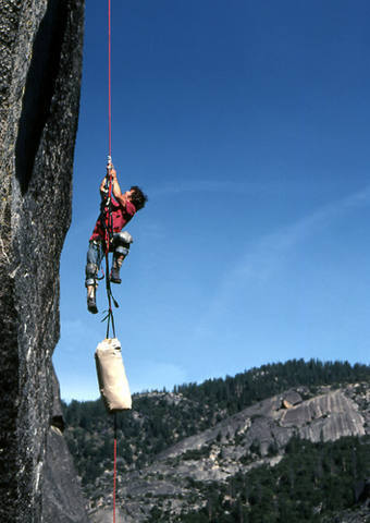 "Mike Corbett jugging with a haul bag on ""Warlord""-Calaveras Dome.<br> Photo by Blitzo."