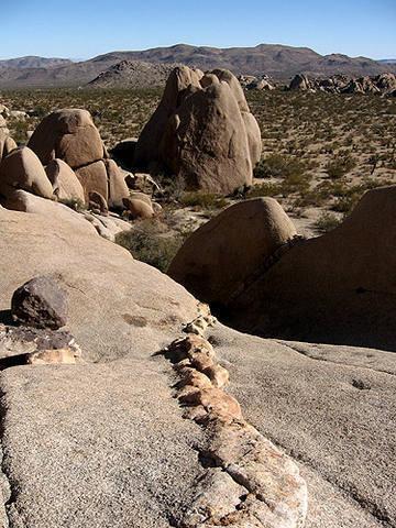 Dike near Jumbo Rocks.<br> Photo by Blitzo.