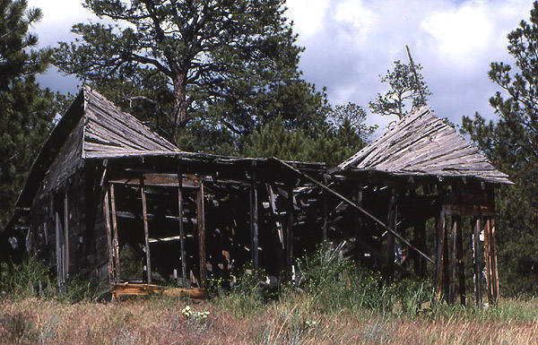 Cabin ruin near the Wind River Range.<br> Photo by Blitzo.