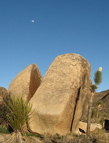 Moon over Simpleton Rock.<br> Photo by Blitzo.