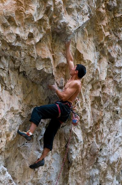 Rock Climbing Photo: Dan power underclinging Head Full of Lead - 5.12a.