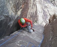 Rock Climbing Photo: Approaching the overhang in the main chimney syste...