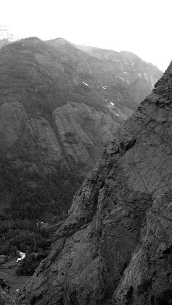 Rock Climbing Photo: Darkline follows the prominent, dark chimney syste...