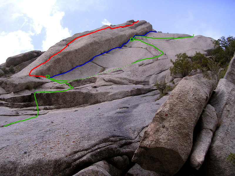 Zigzag area with lines.<br> The first pitch (only the upper part is visible in green) is common to the three routes.<br> Zigzag is the green line (the line is hidden by the roof @ the dotted section).<br> Wings Of Perception is the blue line, can be linked in 1 pitch from the belay.<br> Assumption Of Risk is the red line