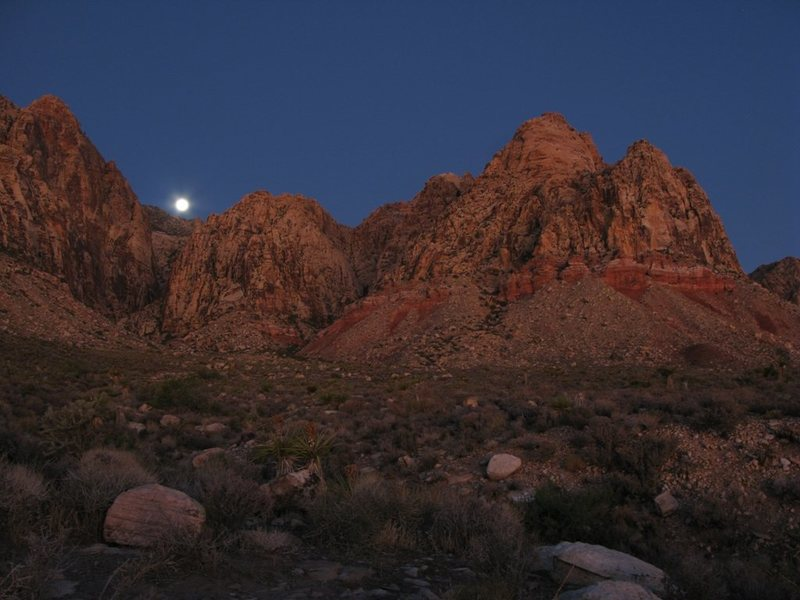 Rock Climbing Photo: An early morning moon over Black Velvet Canyon.