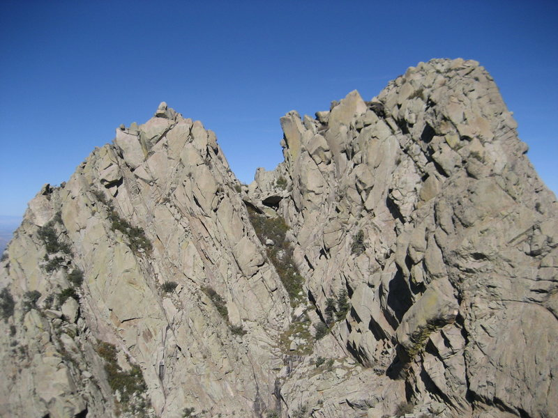 Little Squaretop (left) and Little Squaretop Massif (right) divided by a gully. Picture taken from near the summit of [[105878983]].