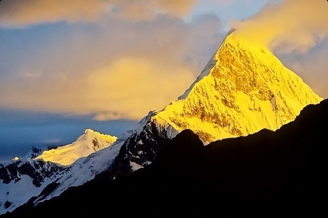 Rock Climbing Photo: Artesonraju at sunset from Moraine Camp, Alpamayo