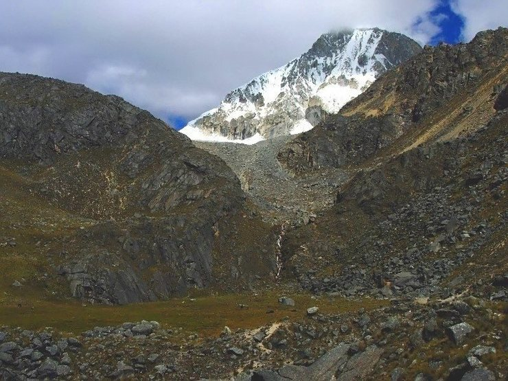 Rock Climbing Photo: The small meadow in the side valley and the trail ...