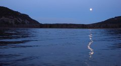 Rock Climbing Photo: Moonrise in the east.  From the boat landing.  Apr...