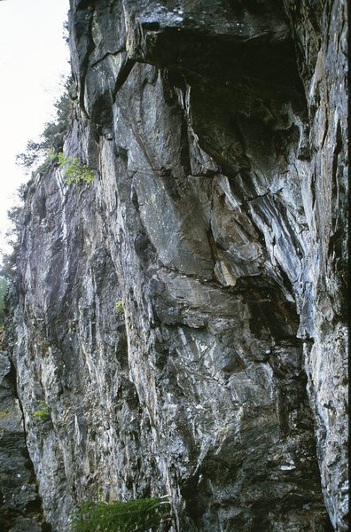 The imposing arete of Morbidezza, and the steep left wing of Cave Crag