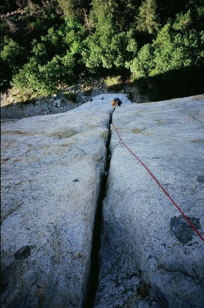 Kelly Kurtz follows up the 3rd pitch of the Central Pillar of Frenzy, 5.8+. Photo by Tony B, 5/09.