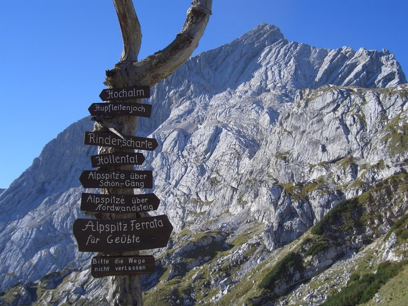 The sign at the Osterfelderkopf Haus, at the top of the Alpspitzbahn, shows the direction to the start of the ferrata