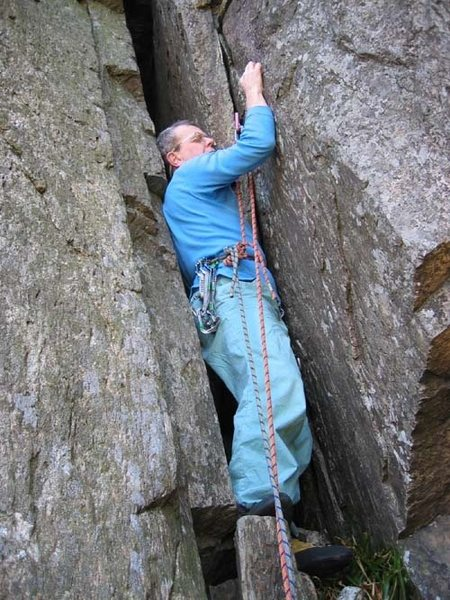 Unsuccessfully trying to get inside the crack on P3 (photo by Phil Ashton).  A course of Slimmo is clearly required.