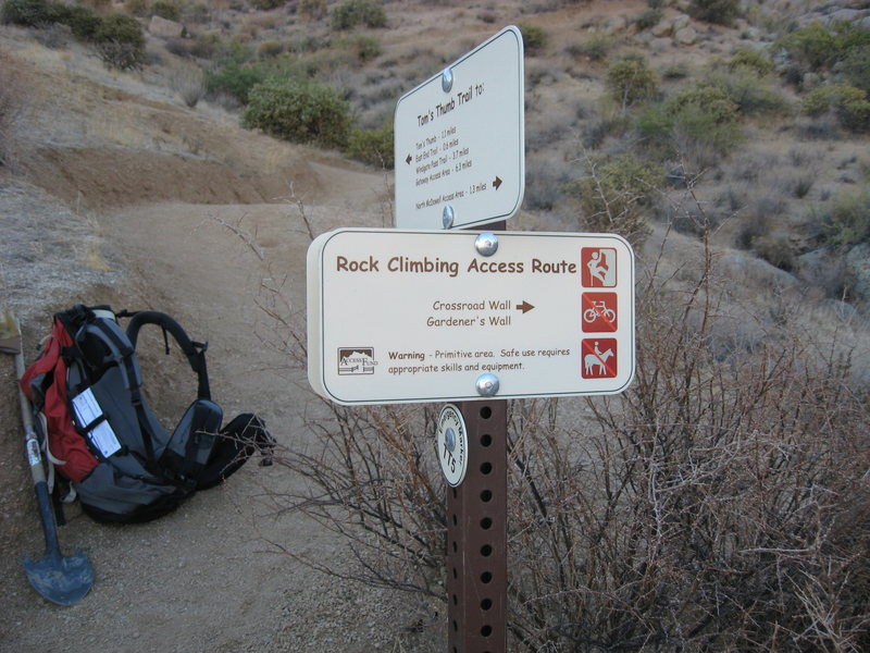 Rock Climbing Photo: Climber's spur trail sign to Gardeners Wall