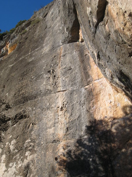 S'ha de Badar climbs the line of pockets in the gray streak.