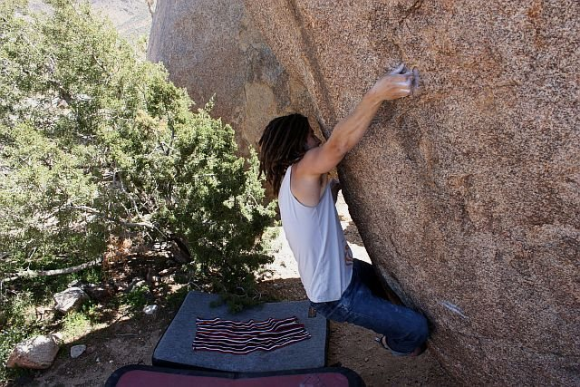 Rock Climbing Photo: Flight Attendant (sit) (V7), Joshua Tree NP
