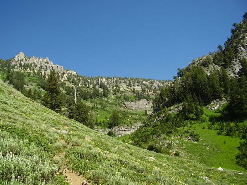 Rock Climbing Photo: High creek lake is below the cliffs in the middle ...