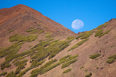 Rock Climbing Photo: The moon sets over Bloody Mountain at the start of...