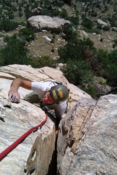 Climbing the splitter crack at the top of pitch 1. Wide hands, not quite fist.