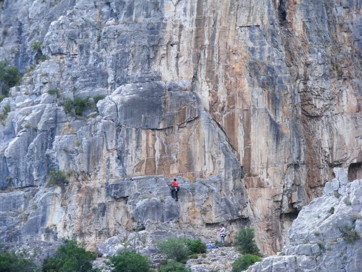 Climbing on to the first ledge on Davul. Next route on the right is Ejder Pencesi (Dragon Claw) starting on the corner than moving on to the face