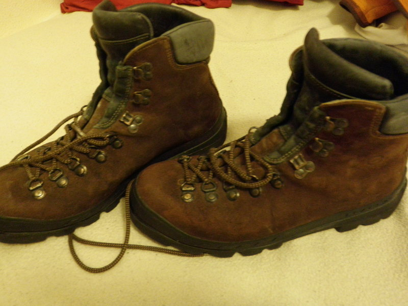 44 1/2 Scarpa Manta. Used but it good condition. Compatible with step-in crampons.