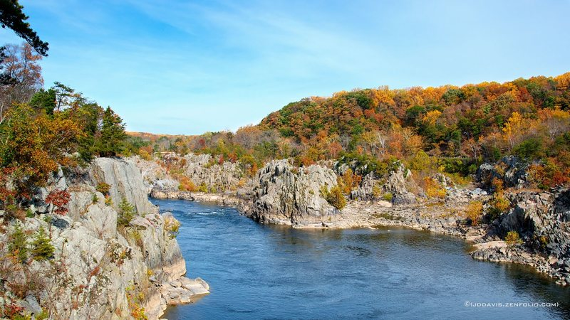 Rock Climbing Photo: A little fall color in Mather Gorge.  Virginia on ...