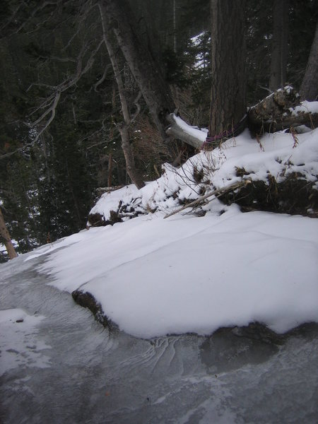 Slings with rap rings around tree at the top of the Center Flow. Traverse an icy stream to get to the tree. Crampons might be handy.