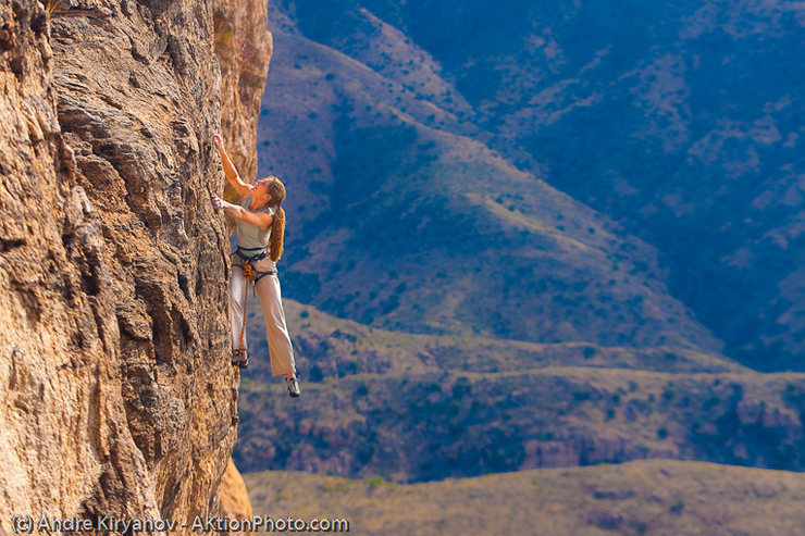 Leah Sandvoss on Techno Savage (5.10-), The Ruins, Sedona, AZ<br> Photo by Andre Kiryanov