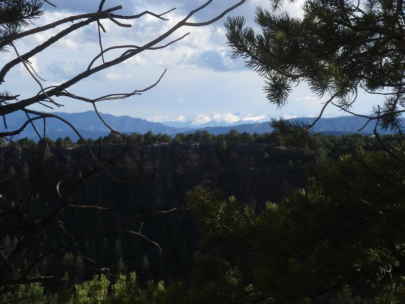 Las montañas de la Sangre de Christo, from Cactus Cliff, Shelf Road.