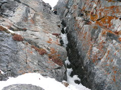 Rock Climbing Photo: Base of 1st pitch, some ice at crux positions, loo...