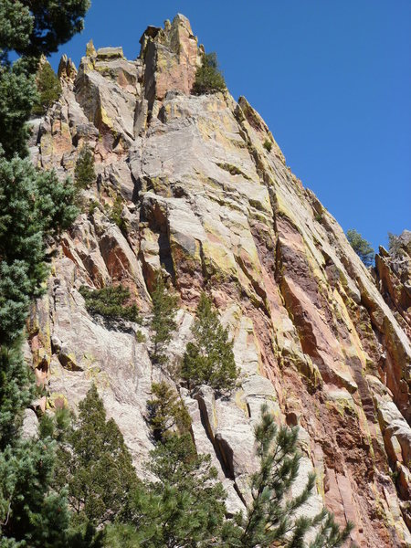 The route climbs the cleft and roof crack on the right side of the photo.