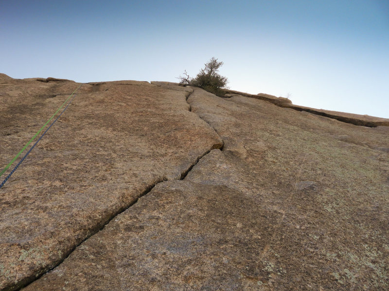 The diagonal crack that starts pitch 2 abruptly angles upwards and widens for the last 60ft.