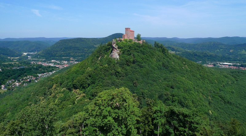 Rock Climbing Photo: Trifels and the town of Annweiler as seen from Ane...