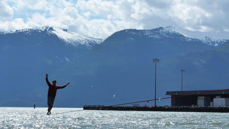 Mason slacklines above the Howe Sound.
