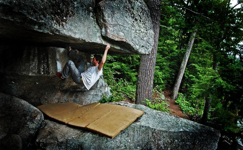 'Overlooked' v4, in the rain - Trailside Boulders