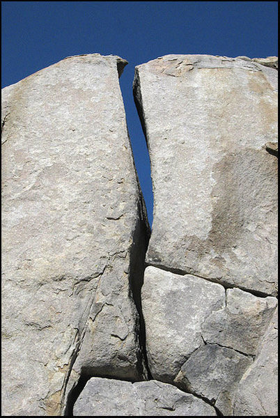 The upper wide crack of Left  Y-Crack.<br> Photo by Blitzo.