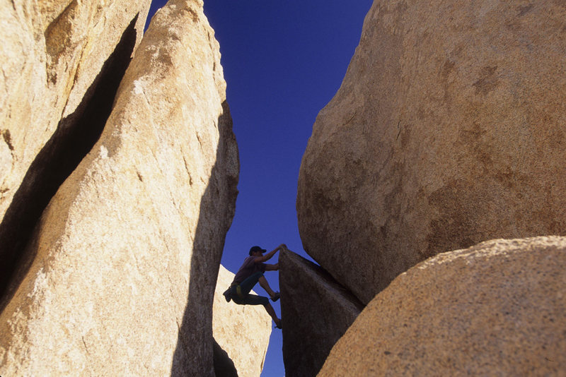 Gavriel J. bouldering in Catavinea desert, Mexico
