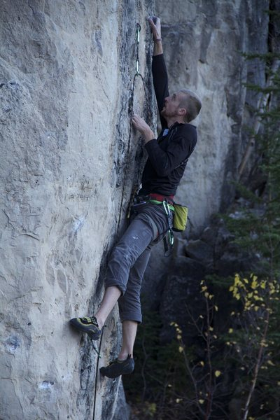 Rock Climbing Photo: Dan Olmschenk with cold fingers, he attempts to ch...