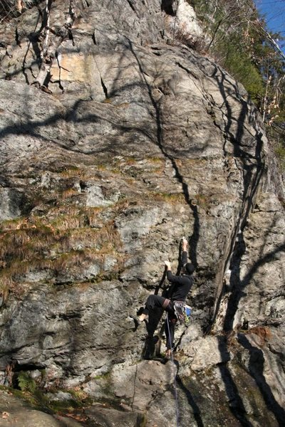 Jared starts up the steep crux start, while i, the belayer... shoot pictures?... that doesnt sound right...