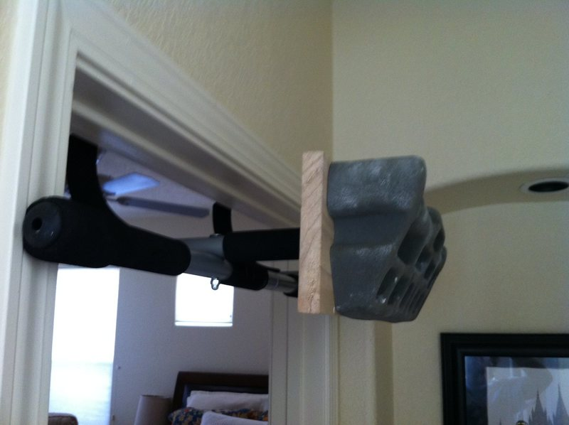 Hangboard mounted to pull up bar