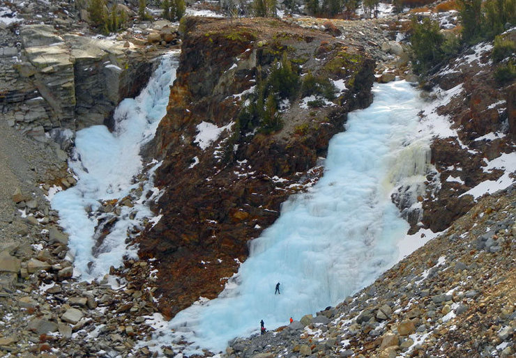 These two formations are just below Ellery Lake. Super easy access. The one on the left can be easily top roped in dry conditions like this. From Dec 23, 2011.