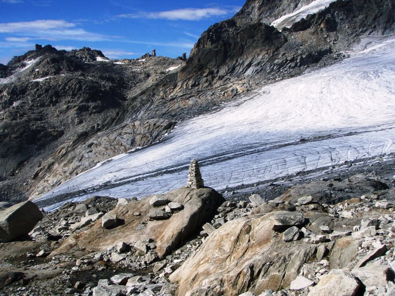 One cairn that is hard to miss.  On the approach to the Dammazwillinge, with the Tiefengletscher in the background and the Kamel on the horizon.
