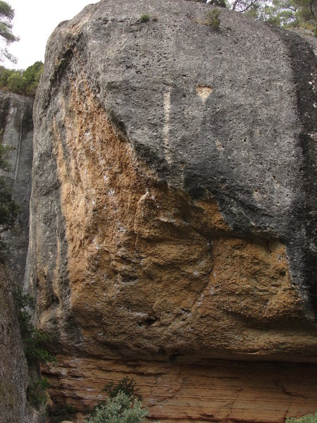 Sátiva Patática is the rightmost line that ends above the hanging grey arete.