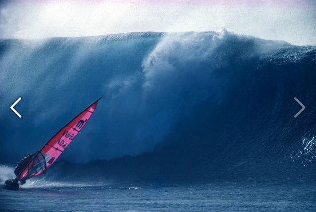 Robbie Naish windsurfing Pipeline<br> Photo:Gordino