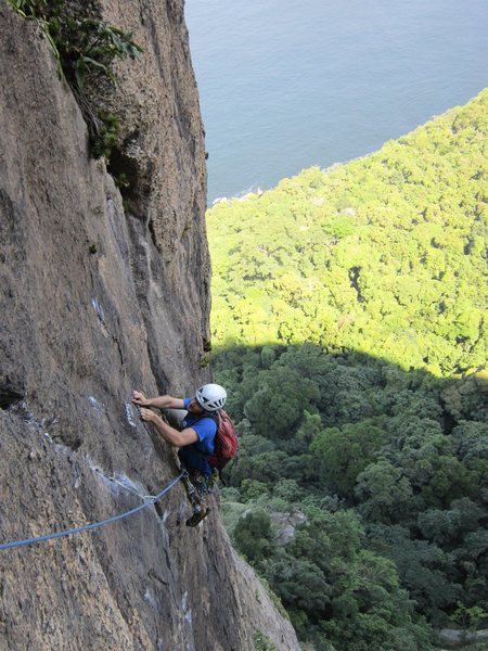 Coming out of the crux on Limiar da Locura on the Totem, on Sugarloaf.