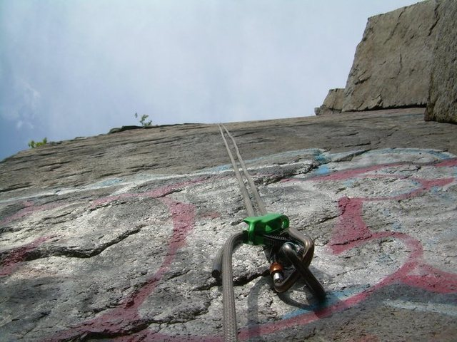 Belay device and rope