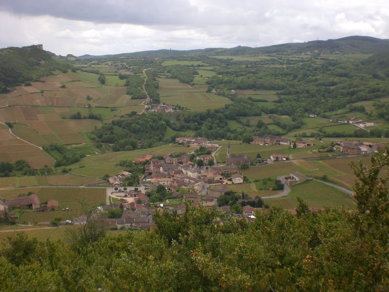 The small village of Vergisson. In the upper left of the picture you can see Solutré.