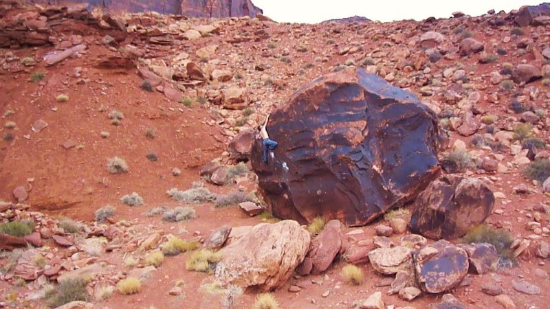 Rock Climbing Photo: Great boulder problem on dark sweet desert varnish...