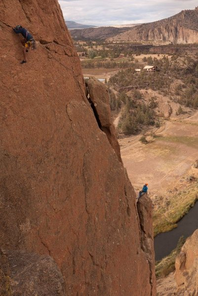 Rock Climbing Photo: Leading the traverse (pitch 3) on Sky Ridge. Ian b...