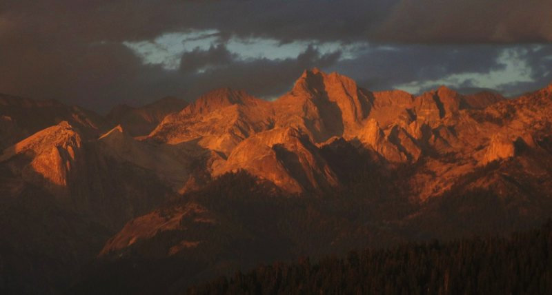 Dramatic sunset: Angel Wings, Hamilton Dome, and other peaks of high Sierra